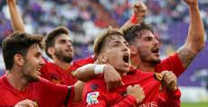 Brandon celebra con sus compañeros uno de los goles de la permanencia en Valladolid. Foto: Fútbol Balear.