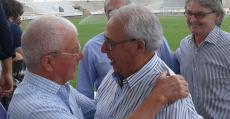 Contestí junto a Alorda, exdirectivo del Poblense, en el Nou Camp de Sa Pobla. Foto: TTdeporte.com.
