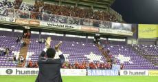 Molango saluda a los depslazados a Valladolid en la permanencia de la 2015/16. Foto: Fútbol Balear.