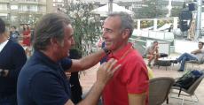 Álex Corretja y el también extenista mallorquín Alberto Tous se saludan afectuosamente en el acto de apertura de la Legends Cup 2016. Foto: TTdeporte.com