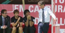 Vázquez dialogando con su staff en el banquillo de Son Moix. Foto: Fútbol Balear.