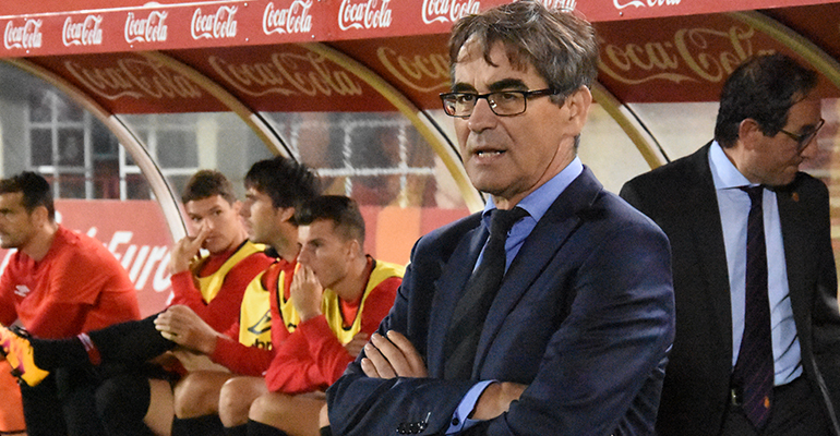 Vázquez en su área técnica antes del partido ante el Zaragoza. Foto: Fútbol Balear.
