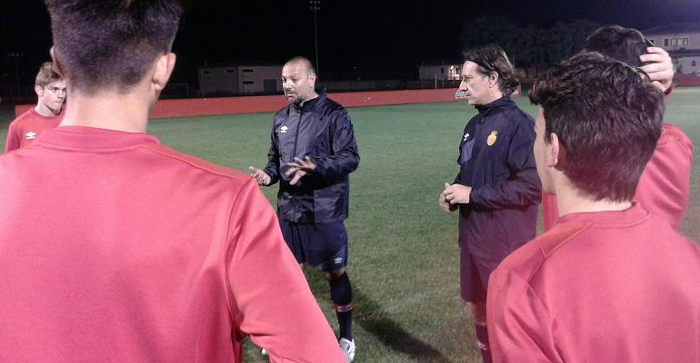 Gálvez dirigiendo una sesión de tecnificación con el fútbol base de Son Bibiloni. Foto: TTdeporte.com.