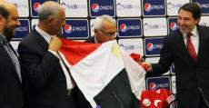 Cúper besando la bandera oficial del estado egipcio el día de su presentación.