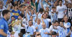 Delbonis y el público argentino durante el punto definitivo de la eliminatoria. Foto: ITF:
