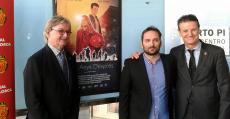 Monti Galmés, Marcos Cabotá y Toni Tugores posan ante el cartel de la pelicula.