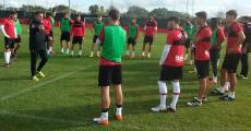 Olaizola arengando a los futbolistas en el entrenamiento. Foto: RCDM.