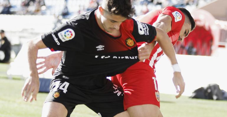 Dalmau pugnando un balón ante un rival del Almería. Foto: LFP.