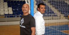 Juanito posa junto al director deportivo José Tirado en una de las porterías de Son Moix. Foto: Palma Futsal.