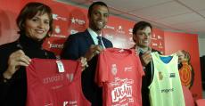 Margalida Portell -Directora Insular d'Esports-, Maheta Molango y Xisco Miralles posan en Son Bibiloni con las camisetas de la iniciativa-