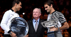 Nadal y Federer en la entrega de trofeos en Melbourne junto a Rod Laver. Foto: Tennis Australia.