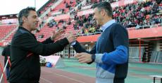 Olaizola y Martí saludándose antes del encuentro entre Mallorca y Tenerife. Foto: LFP.
