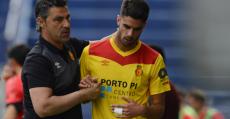 Olaizola consuela a Domínguez tras ser sustituido. Foto: LFP.