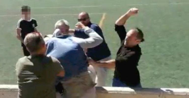 Instante de la pelea del pasado mes de marzo en un partido de alevines en Alaró. Foto: Youtube.
