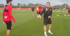 Sergi Barjuán dando instrucciones a sus futbolistas en una sesión preparatoria. Foto: RCDM.