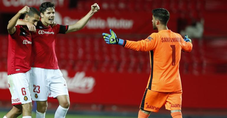 Vallejo, Yuste y Santamaría abrazados tras vencer en el Pizjuán. Foto: LFP.