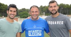 Nico López posando con Lluís Sastre (Huesca) y Miquel Àngel Moyà (At. Madrid) en un campus de este verano. Foto: Fútbol Balear.