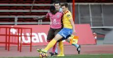 Saúl y Amath pugnan un balón en el partido ante el Tenerife en Son Moix. Foto: LFP.
