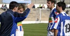 Toni Amor dando instrucciones a Lucas Pou en el banquillo del Estadi Balear. Temporada 2005/06.