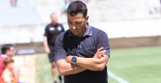 Troya pensativo en el área técnica. Foto: Fútbol Balear.