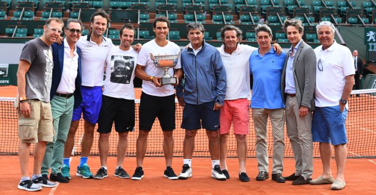 Nadal junto a todo su equipo en la Philippe Chatrier tras conquistar su décimo Roland Garros. Foto: FFT.