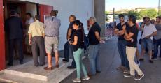 Cola de abonados a las puertas de las oficinas de Son Moix en el periodo de renovaciones. Fotos. RCDM.