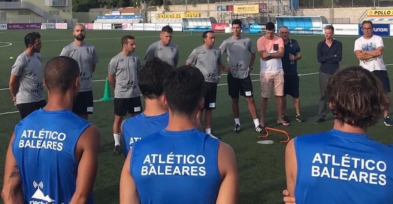 Armando De la Morena arengando a sus futbolistas en el entrenamiento. Foto: GuiemSports.