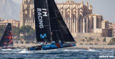 Embarcación catamarán navegando en las aguas de la bahía de Palma con la Catedral de fondo. Foto: Copa del Rey.