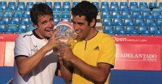 Munar y Salvà mordiendo el trofeo de campeón del Challenger de El Espinar (Segovia). Foto: Twitter.