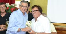 Tomeu Terrasa recibiendo de manos de Miquel Bestard -Presidente FFIB- el galardón Tarjeta Blanca a su trayectoria profesional. Foto: Sportsdecanostra.com.