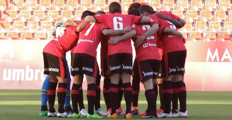 Los futbolistas del Mallorca haciendo piña en el centro del campo de Son Moix. Foto: RCDM.