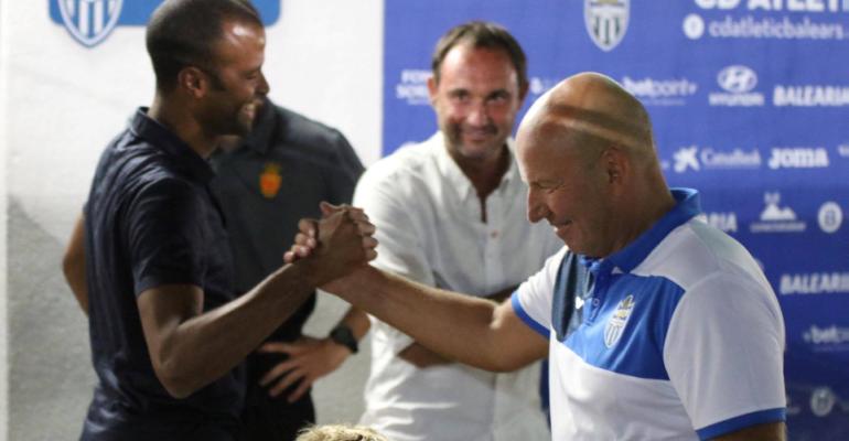 Molango y Volckmann dándose un apretón de manos en el túnel de vestuarios de Son Malferit. Foto: GuiemSports.