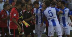 Momentos de tensión con el colegiado tras la expulsión de Gerard Oliva. Foto: Fútbol Balear.