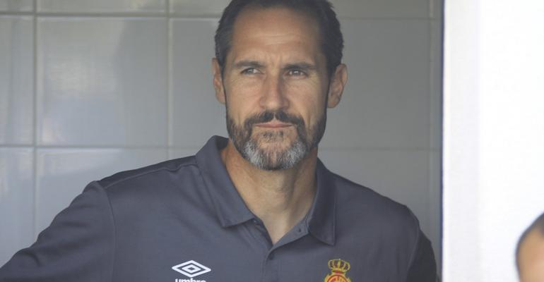 Vicente Moreno en la puerta del vestuario visitante de Son Malferit. Foto: Fútbol Balear.
