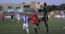Manolo Reina atajando un balón ante Raíllo y Xisco en el derbi de Son Malferit. Foto: Fútbol Balear.