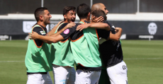 Futbolistas del At. Balears celebrando la victoria en Paterna ante el Valencia Mestalla. Foto: GuiemSports.