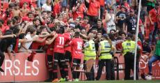 Piña entre los futbolistas y los aficionados del fondo norte tras el gol de Abdón Prats. Foto: RCDM.