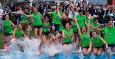 Nadal cumpliendo la tradición del campeón en Barcelona de lanzarse a la piscina con los recogepelotas del RCTB.