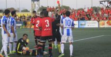Instante en que Gerard Oliva es expulsado en el derbi de Palma en Son Malferit. Foto: Fútbol Balear.