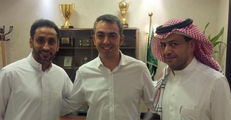 Toni Amor y Sami Al Jaber en su presentación en Arabia Saudí.