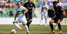 Nino del Elche marcado de cerca por los futbolistas del ATB. Foto: ECF.