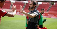 Vicente Moreno felicitando a sus futbolistas tras golear al Llagostera. Foto: RCDM.