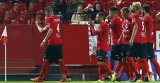 Los futbolistas del Formentera saludando a los aficionados pitiusos desplazados a Sevilla.