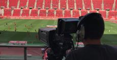 Operador de cámara durante un partido televisado. Foto: TTdeporte.