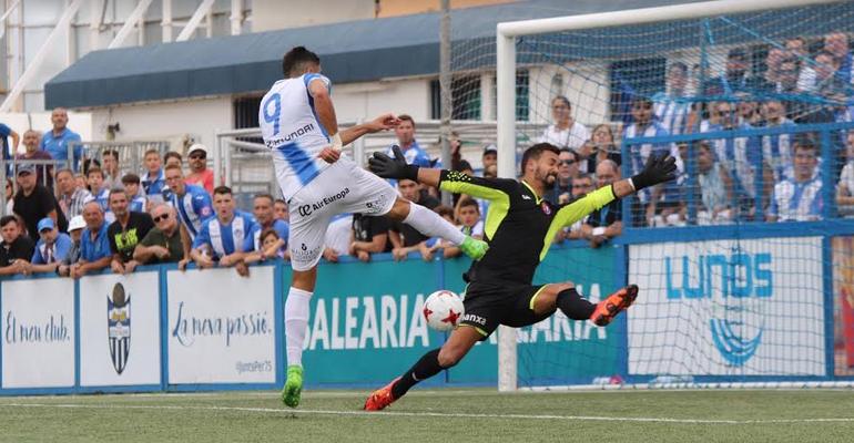 Xavi Ginard tapándole una clara ocasión de gol a Gerard Oliva en Son Malferit. Foto: GuiemSport.
