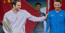 Federer y Nadal sonrientes en la ceremonia de entrega de trofeos tras la final de Shanghai.