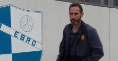 Vicente Moreno con semblante serio entrando en el campo de La Almozara. Foto: TTdeporte.com.