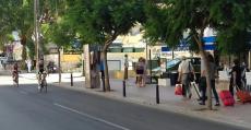 Resignados turistas arrastran sus voluminosos equipajes hasta sus hoteles ante el disfrute de dos entuasiastas ciclistas en Calvià. Foto: TTdeporte.com.