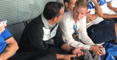 De la Morena, que salvó un match ball, charlando en el aeropuerto con el director deportivo Patrick Messow. Foto: ATB.