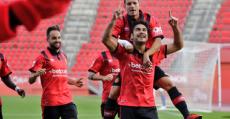 Abdón dedica al cielo su tanto de penalti ante el Hércules. Foto: RCDM.